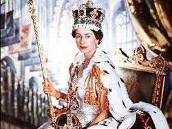A fiatal Erzsébet koronázási díszben