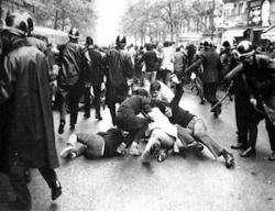 Párizs, 1968 (kép: sixties.twoday.net)