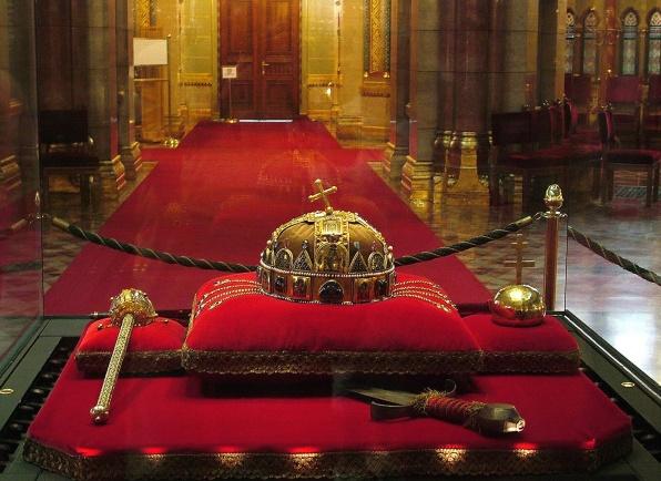 A koronázási ékszerek a Parlamentben (fotó: orszagalbum.hu)