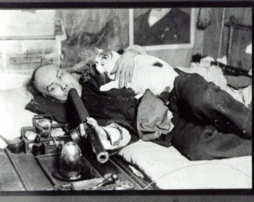 A macskájával pipázó ópiumfüggő férfi képe San Fransico legtöbbet vásárolt képeslapja lett (fotó: Opium Museum)