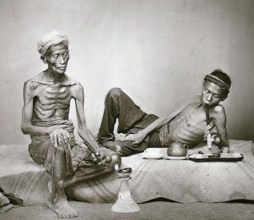 Jávai ópiumszívók (fotó: Opium Museum)