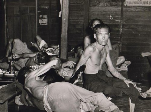 Nyilvános ópiumbarlang Bangkokban, 1950-es évek (fotó: Opium Museum)