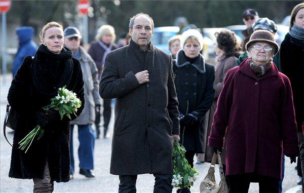 Nagy-Kálózy Eszter és Rudolf Péter  színművészek virággal érkeznek (MTI Fotó: Földi Imre)