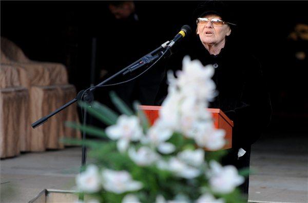 Törőcsik Mari színművész beszédet mond (MTI Fotó: Földi Imre)