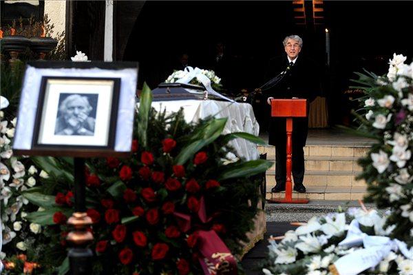 Réthelyi Miklós nemzeti erőforrás miniszter beszédet mond Garas Dezső búcsúztatásán a Farkasréti temető Makovecz-terménél (MTI Fotó: Földi Imre)