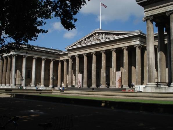 A British Museum homlokzata. (fotó: archtlas.com)