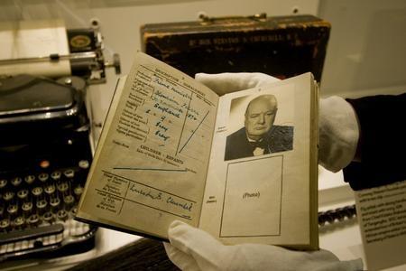 Sir Winston Churchill útlevele. (fotó: kentolnine.co.uk)