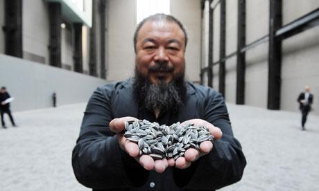 Ai Weiwei művének töredékével kezében (fotó: Fiona Hanson/PA)