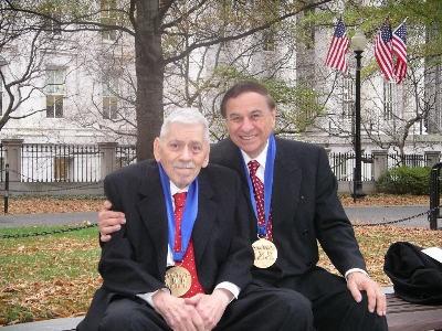Robert Sherman és testvére, Richard, miután átvették a Művészet Medál kitüntetést George Bush-tól