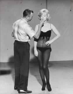"""Allen """"Whitey"""" Snyder és Marilyn Monroe a """"Let's Make Love"""" forgatásán, 1960-ban"""