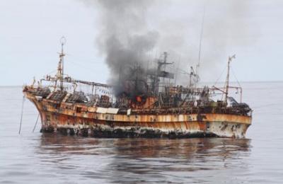 A hajó lángra kapott a belelőtt robbanó gránáttól