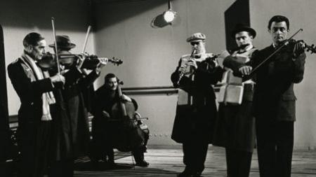 A banda játszik A Titanic éjszakája című filmben