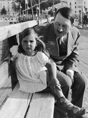 Hitler és Helga Goebbels. Hitlernek nem volt saját gyermeke, Goebbelsék pedig Berlin ostromának végén megölték mind az öt lányukat és egyetlen fiukat.