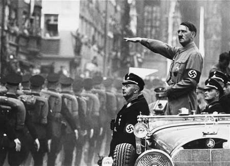 Igazi megtiszteltetés a Führer mögött ülni