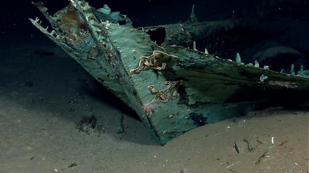 A fa hajótest már teljesen szétkorhadt, az oxidálódott rézburkolat azonban őrzi a hajó formáját.