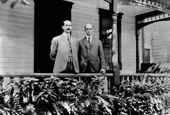 A Wright testvérek, Orville (b) és Wilbur