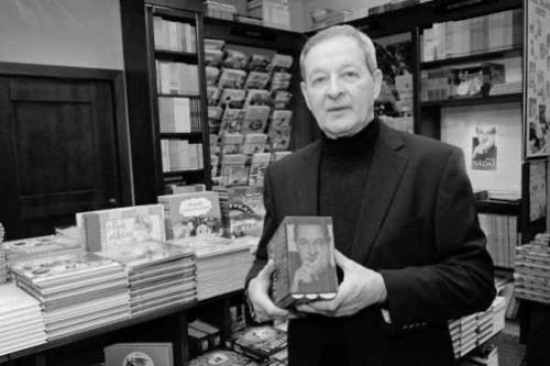 Nádas Péter könyvével (fotó: ujszo.com)