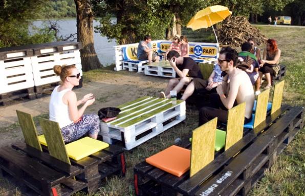 Pihenő a klapra design csoport újrahasznosított bútorain - Katkó Tamás felvétele