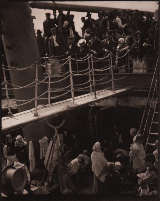 A fedélköz. A történelem egyik legjobb fotójaként tartják számon, többek között a társadalmi szakadék kiváló ábrázolásáért.