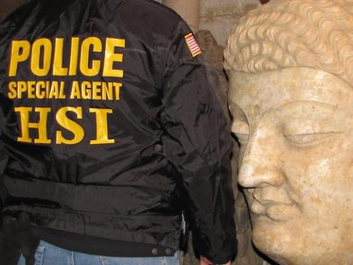 Rendőr Buddha fejével