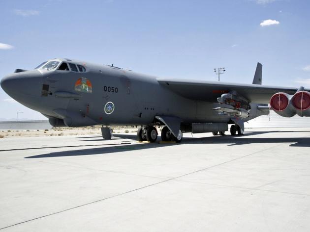A Waverider egy B-52-es szárnyára rögzítve repülés előtt