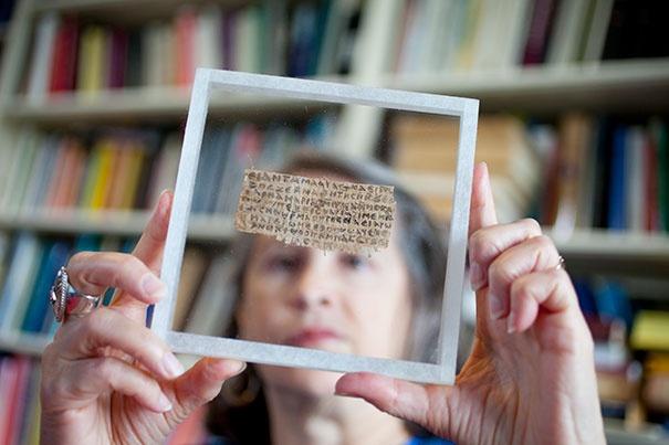 Karen King a 4. századi írással kezében