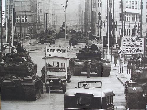 Tankok védik az átkelőt