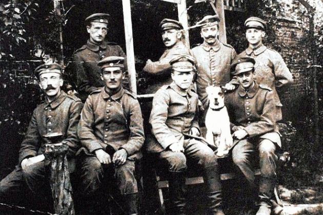 Hitler a kép bal alsó sarkában