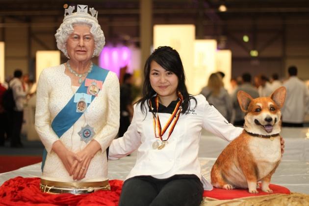 A királynő szobra, az alkotó és a kutyus