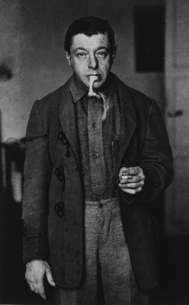 Tihanyi Lajos cigarettával (André Kertész fotója)