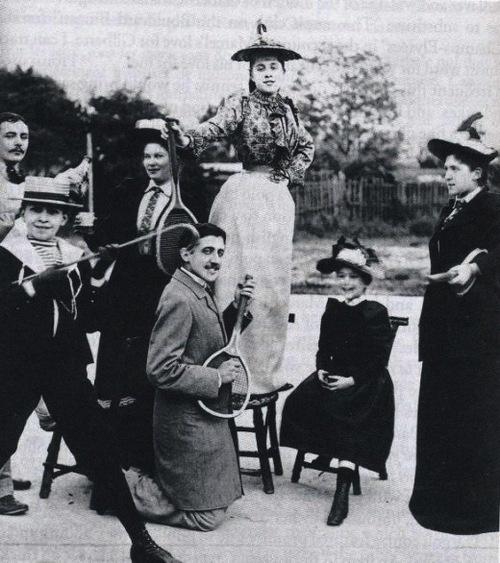 Proust teniszütővel gitározik