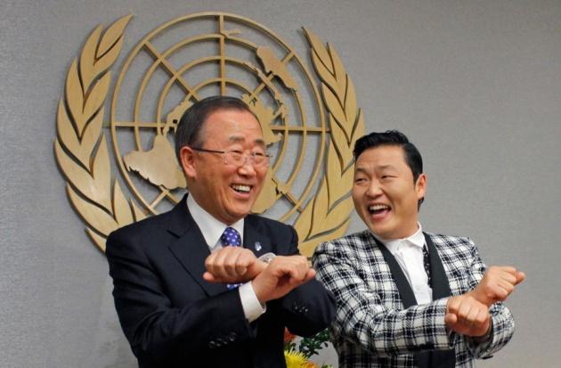 Ban Ki Mun és Psy közösen ropja