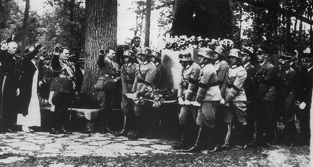 Carin Göring temetése Carinhall - a koporsó mellett Hitler (Fotó: http://ozebook.com)