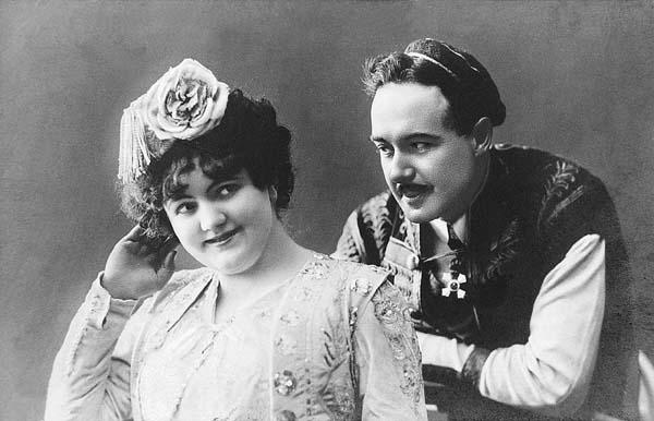 Szoyer Ilonka és Ráthonyi Ákos A víg özvegyben. Magyar Színház, 1907 (Fotó: mek.oszk.hu)