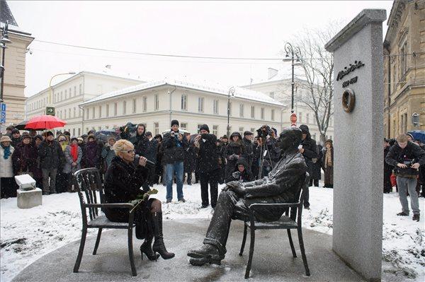 Renáta Lenártová főpolgármester-helyettes beszédet mond Márai Sándor szobra mellett. MTI Fotó: Komka Péter