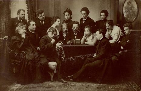 Felolvasás a moszkvai Művész Színházban. Középen Csehov, balra tőle Sztanyiszlavszkij