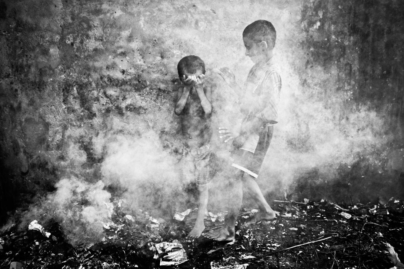 Hajléktalan kisfiúk játszanak a porban, Bangladesben (Fotó: Kazi Riasat Alve)