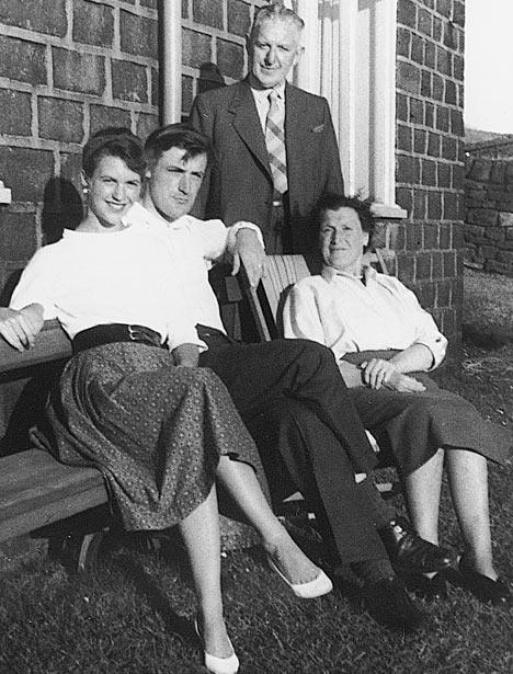Sylvia Plath Ted Hughes-szal, és férje szüleivel (1956)