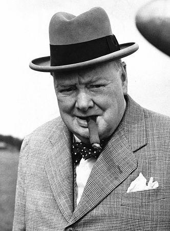 Churchill az elmaradhatatlan szivarral