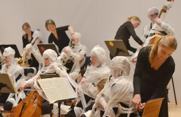 A performansz (Fotó: Bernd Kammerer, Schirn Kunsthalle Frankfurt)