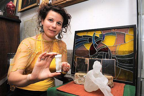 Németh Hajnal Auróra egy korábbi kiállítás munkálatai közben