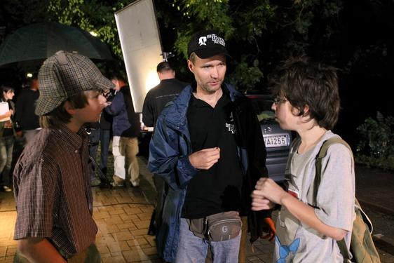 Bernáth Zsolt és a gyerekszereplők a forgatáson (Fotó: est.hu)