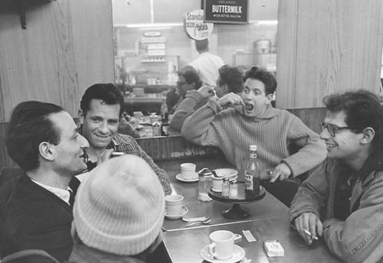 John Cohen: Allen Ginsberg, Gregory Corso (sapkában), Larry Rivers festő,  Jack Kerouac és David Amram zenész reggelizik, New York, 1959
