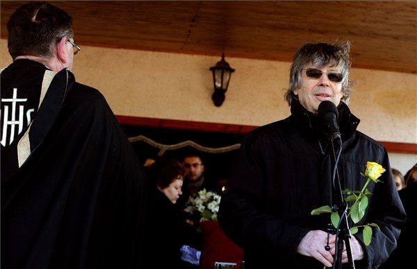 Bródy János előadóművész, zeneszerző búcsúztatja Bódi Lászlót (MTI Fotó: Földi Imre)