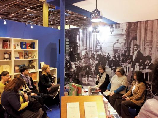 Beszélgetés a magyar standnál a tavalyi Párizsi Könyvszalon (Fotó: publishinghungary.hu)