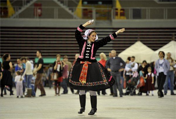 Zoboraljai táncot táncol egy résztvevő az országos táncháztalálkozón (MTI Fotó: Bruzák Noémi)