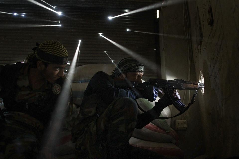 Két fellázadó szíriai katona védi a golyókkal átlyuggatott bunkerét (Fotó: Javier Manzano/AFP/Getty Images, blogs.wsj.com)