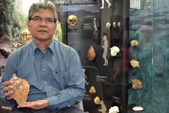 Truman Simanjuntak, a jakartai Nemezeti Régészeti Kutatóintézet szakembere egy ókori kőbaltával (Fotó: pasthorizonspr.com)