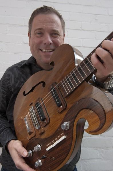 A Julien's Aukciósház elnöke a gitárral (Fotó: zimbio.com)