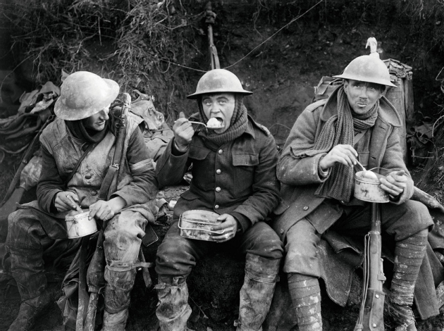 Angol katonák a fejadagjukat fogyasztják a fronton, Franciaország 1916.